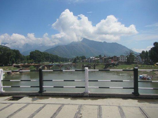 فيفانتا باي تاج - دال فيو سريناجار: The old Srinagar wood bridge