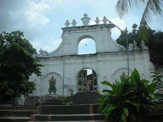 Sumenep Tomb of the Kings: Salah satu pintu gerbang Asta Tinggi