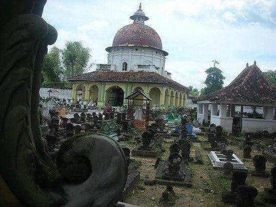 Sumenep Tomb of the Kings: Suasana di dalam pemakaman