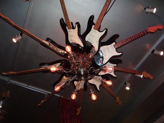 Hard Rock Cafe: Lampara decorada