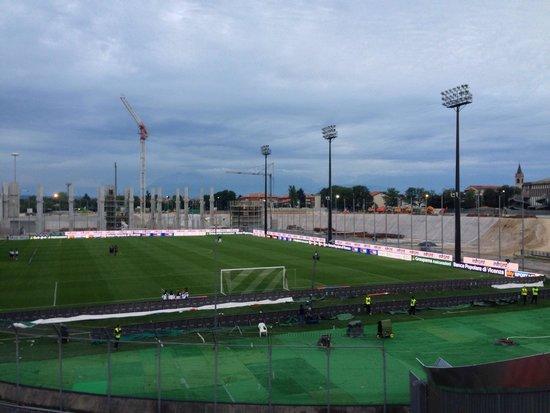 Stadio Friuli (Dacia Arena): Stadio in ricostruzione per 3/4. Tribuna centrale mozzafiato, quando sarà ultimato sarà una vera