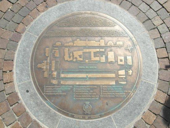 Piazza dei Martiri: Medaglione bronzeo a pavimento che ne descrive gli edifici