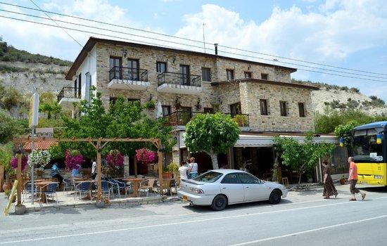 Pano Lefkara, قبرص: здесь кафе и магазин с кружевами и серебром..