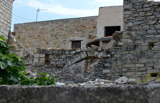 Pano Lefkara, قبرص: руины не портят пейзаж...