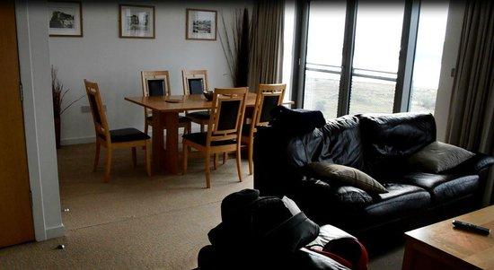 Ocean Serviced Apartments: Espacioso salón-comedor