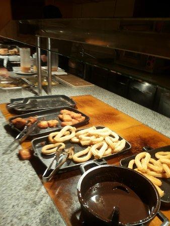 ايبيروستار مالاجا بلاي: Petit dej copieux. Les churros un délice
