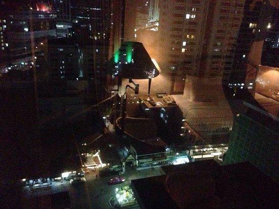 Windsor Suites Hotel Bangkok: Vista de noche de Sukhumvit desde la ventana ��