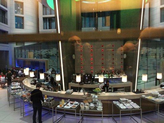 فندق راديسون بلو، برلين: Breakfast in Lobby Area