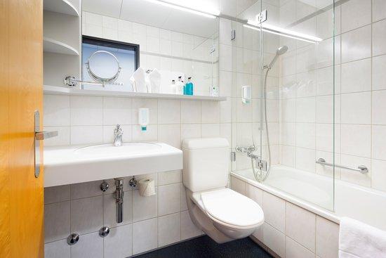 بست ويسترن هوتل يوروهوتل وورتمان: Badezimmer mit Badewanne und Dusche