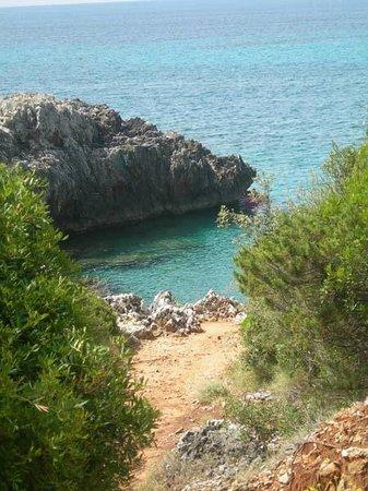 Villaggio La Barca: una delle diverse spiaggette raggiungibili dal sentiero che parte dal bar
