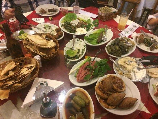 Restaurante e Rotisserie Halim: Mesa farta