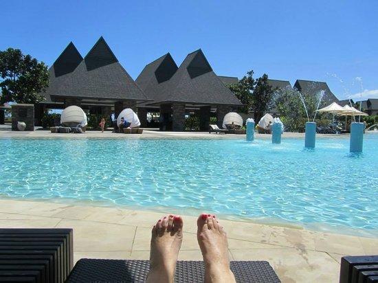 InterContinental Fiji Golf Resort & Spa: Laying by the kids pool