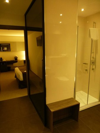 أير روومز مدريد باي بريميوم ترافلر: Entrance to room suite with bedroom at the end and bathroom on the right