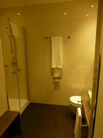أير روومز مدريد باي بريميوم ترافلر: Bathroom
