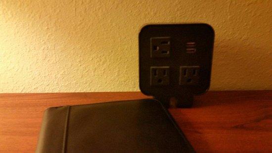 هامبتون إن آند سويتس أتلانتا إربورت نورث: Outlet boxes like this at the desk and nightstand