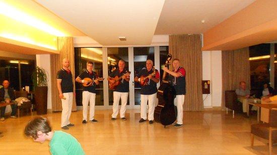فالامار هوتل كريستال: Croatian male singers.  Excellent!