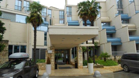 فالامار هوتل كريستال: hotel entrance