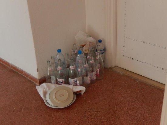 Hotel Bravo Hammamet: Déchets non enlevés devant notre chambre (qui ne sont pas les notres)