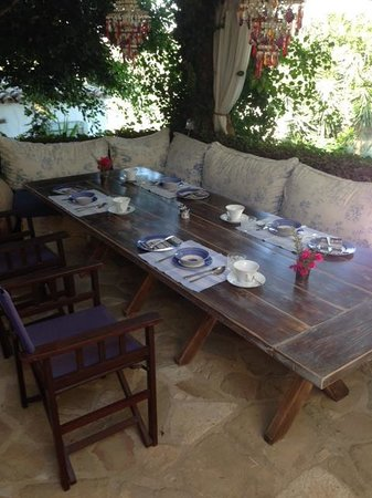 Little Lodge Guest House: breakfast table