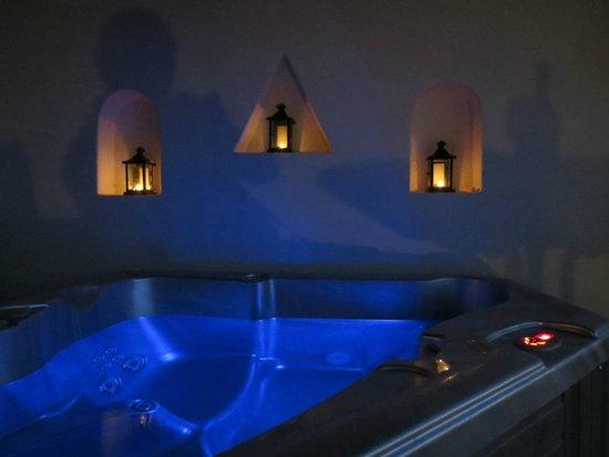 أناستاسيس آبارتمنتس: Hot Tub at night