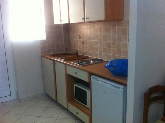 Planos Apartments: Handy Kitchen area. Fridge is useful for water