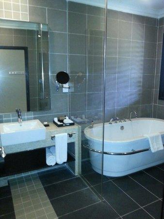 ذا تاراس بيتش آند سبا ريزورت: bathroom
