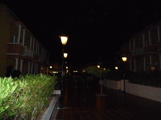 كومبوستيلا بيتش جولف كلوب: hotel at night
