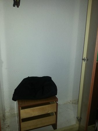Hotel Gondola: Porta del bagno e comodino per appoggiare le cose attaccate alla presa elettrica.