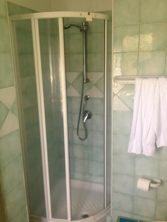ألبيرجو رزيدنزيال جلي أونتاني: La doccia di questo hotel/ residence 4 stelle... Se pesi più di 80 kg e sei alto più di 180 non 
