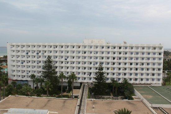 صحارى بيتش: Panorama de la plage jusqu'à la ville