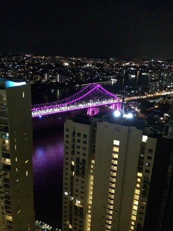‪‪Meriton Suites Adelaide Street, Brisbane‬: View of Story Bridge from the bedroom (night)‬