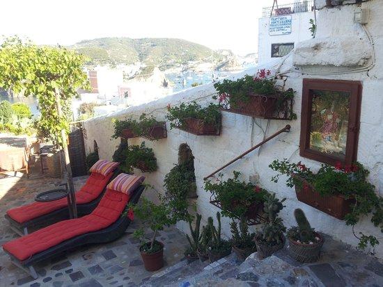 Villa Laetitia: Giardino, sullo sfondo un buon ristorante