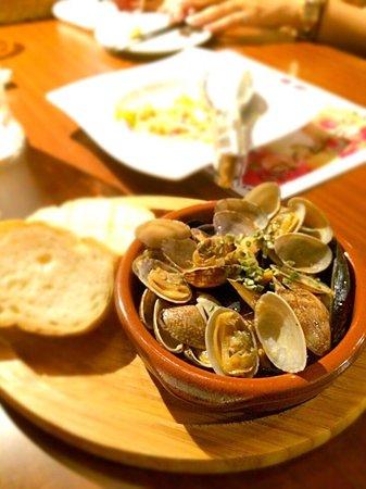 Okinawa Bucchyaman: アサリとムール貝のワイン蒸し