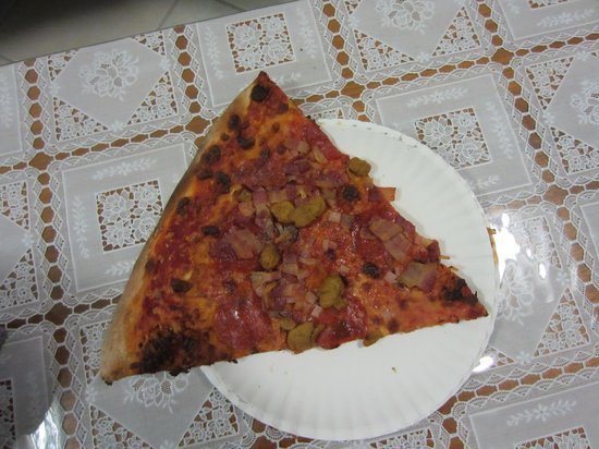Pizza Hut: 皿からはみ出してます