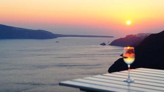 أيناون فيلاز: Gorgeous view of the Santorini sunset from the veranda