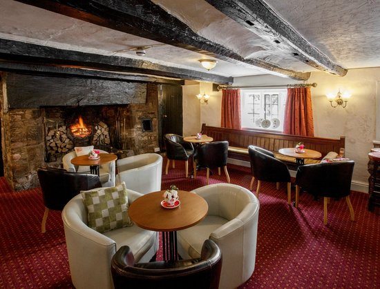 White Hart Village Inn: Main Bar & Open Fire Place
