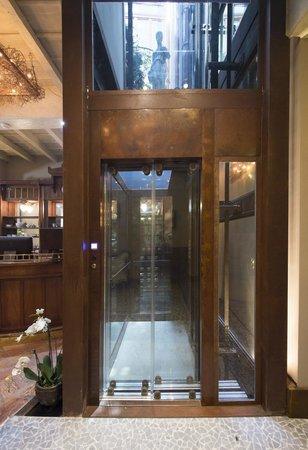 Santa Marta Suites: L'ascensore
