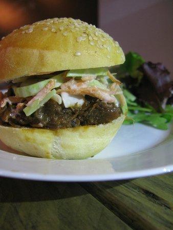 Le Flacon: petit burger de jarret de boeuf et coleslaw
