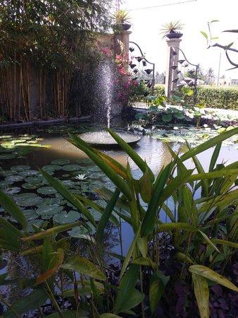 فيلا بوري دارما أجونج: Front Entrance Pond