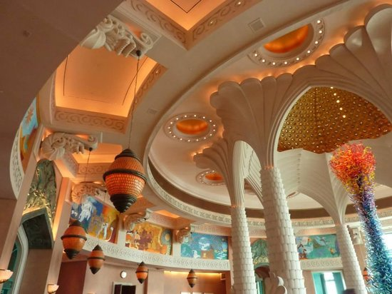 فندق اتلانتس ذا بالم: escultura de vidrio en la recepción