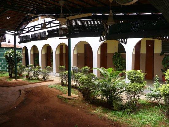 Hotel Mayura Yatrinivas Mysore: Corridor and rooms