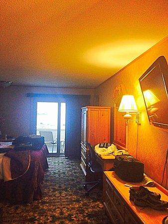 بست ويسترن بلس دوكسايد ووترفرانت إن: View of room looking at patio door.
