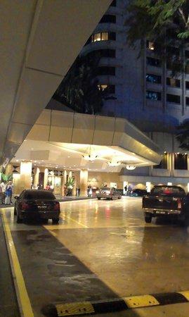 شانجري - لا هوتل - كوالالمبور: Entrance to the hotel - there is a taxi desk just outside