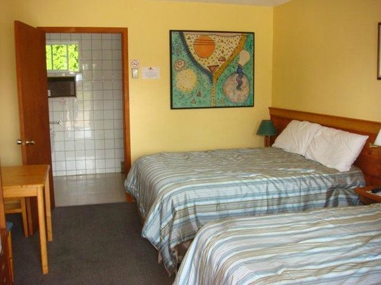 Westport Station Motel: Two full beds with accessible washroom