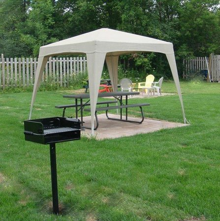 Westport Station Motel: Park, grill and fire pit