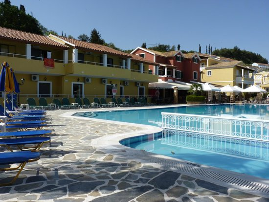 Garnavos/Paradise Apartments: Looking at the rooms over the pool