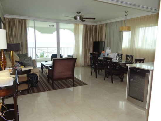 أوشن تو ريزورت آند رزيدنسز: Sitting area and dining room