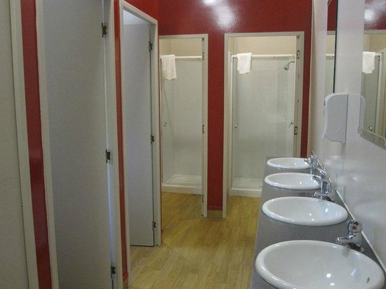 LakeFront Backpackers Lodge : clean shared bathrooms