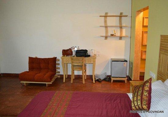 Porcupine Castle Resort: Sofa & Fridge in Mountain view Room