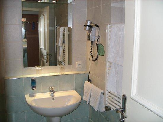 EA Hotel Tosca: bathroom